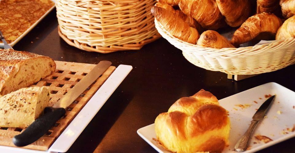Présentation du buffet du petit-déjeuner à l'hôtel à Mérignac