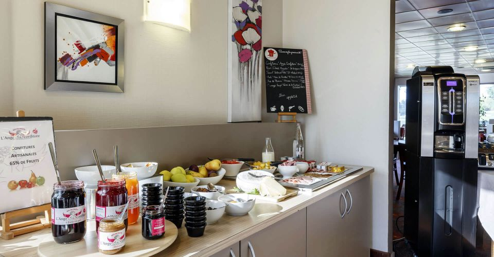 The breakfast buffet at the Brit Hotel Rennes Saint-Grégoire