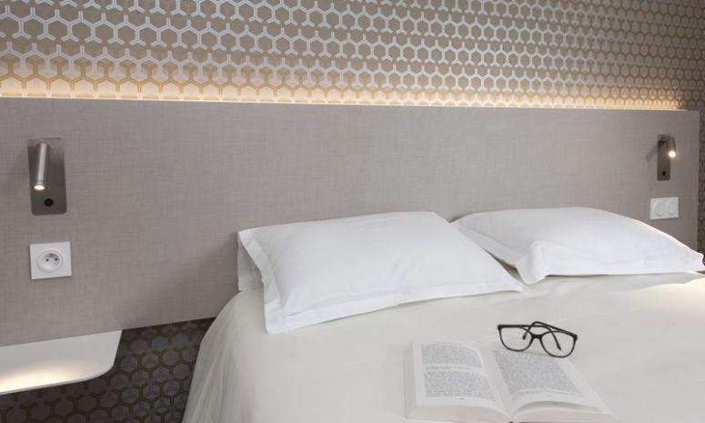 Zoom sur un oreiller dans une chambre d'hôtel