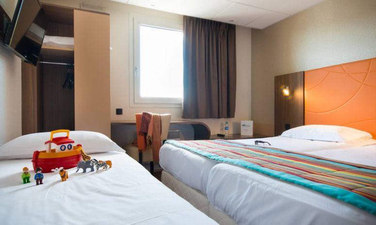 Une chambre triple avec un lit d'appoint pour enfant de moins 12 ans