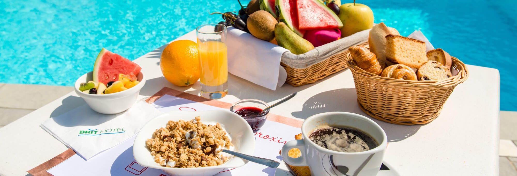 Le buffet petit-déjeuner près de la piscine