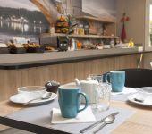 La salle du petit-déjeuner de l'hôtel à Avignon