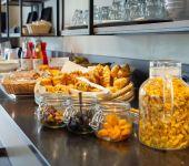 Le buffet du petit-déjeuner de l'hôtel de Caen Nord Mémorial