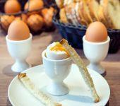 Des oeufs à la coque au petit-déjeuner
