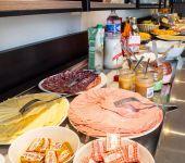 La charcuterie sur le buffet du petit-déjeuner