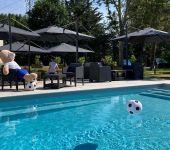 Un invité au bord de la piscine