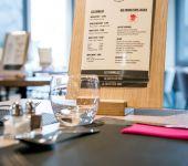 Photo d'une table avec menu au restaurant