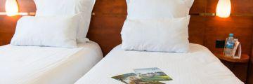 Chambre à deux lits à l'hôtel de Blois