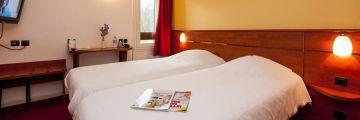 Une chambre à deux lits jumeaux à l'hôtel d'Agen