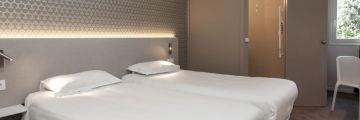 Chambre à deux lits à l'hôtel d'Avignon