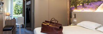Une chambre avec un sac de voyage à Avignon