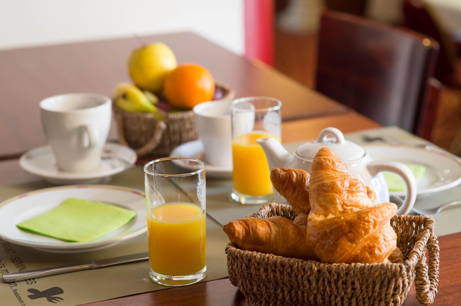 Le petit d jeuner de l 39 h tel d 39 angers tous les matins avec des produits frais - Le petit salon angers ...