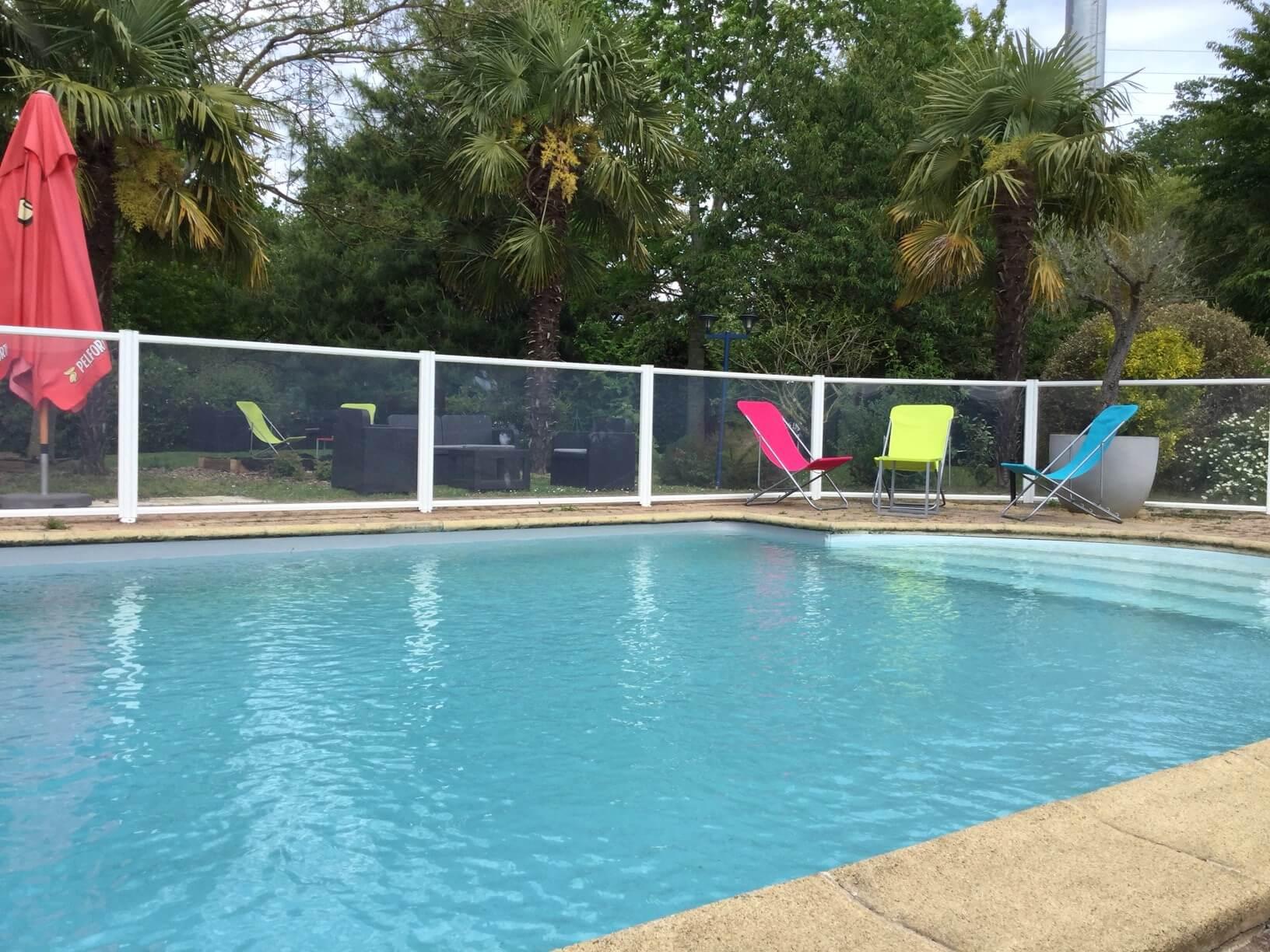La piscine de l 39 h tel ainsi que notre jardin au brit for Tarif piscine angers